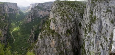 the deepest: El impresionante desfiladero de Vikos en la regi?e Zagoria, el oeste de Grecia, el m?profundo de Europa Foto de archivo