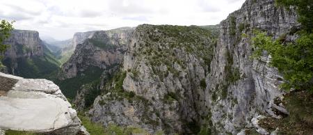 the deepest: El impresionante desfiladero de Vikos en la regi?n de Zagoria, el oeste de Grecia, el m?s profundo de Europa Foto de archivo