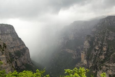 the deepest: El impresionante desfiladero de Vikos en la regi�n de Zagoria, el oeste de Grecia, el m�s profundo de Europa