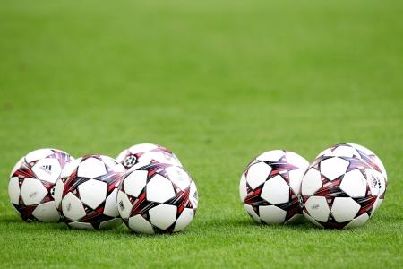 adidas: GELSENKIRCHEN, DUITSLAND-21 augustus: Adidas Champions League voetbal ballen in het veld voor de wedstrijd Schalke vs PAOK op augustus 21,2013 in Gelsenkirchen, Duitsland.