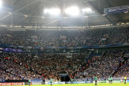 GELSENKIRCHEN, DEUTSCHLAND-AUG 21: Paok Fans feiern ihr Team während des Spiels Schalke vs PAOK am Aug 21,2013 in Gelsenkirchen, Deutschland.