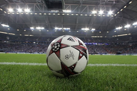 Gelsenkirchen, Allemagne-AUG 21: Ligue des Champions ballons de football sur le terrain avant le match Schalke vs PAOK le août 21,2013 à Gelsenkirchen, Allemagne Éditoriale