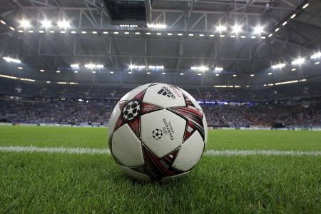 adidas: GELSENKIRCHEN, DUITSLAND-21 augustus: Champions League voetbal ballen in het veld voor de wedstrijd Schalke vs PAOK op augustus 21,2013 in Gelsenkirchen, Duitsland Redactioneel