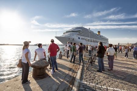 THESSALONIKI, 23. September Kreuzfahrtschiff Costa Pacifica Abfahrt Hafen, 23. September 2013 in Thessaloniki, Griechenland tragen Kreuzfahrtschiffe von Costa Cruises betrieben Millionen Passagiere pro Jahr auf der ganzen Welt