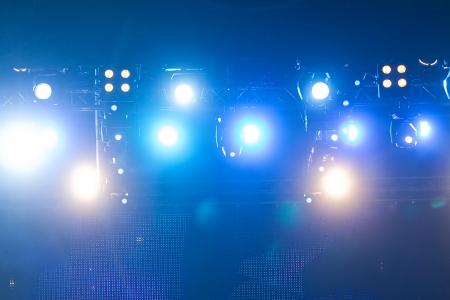 Światła: Nieostre oświetleniem scenicznym koncert na scenie, bokeh