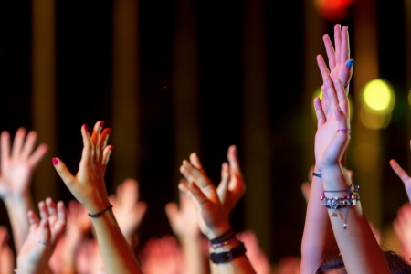 Hände einer Menschenmenge feiern bei einem Rockkonzert