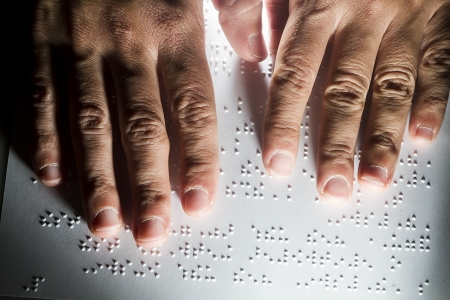 視覚障害者点字言語でテキストを読む 写真素材