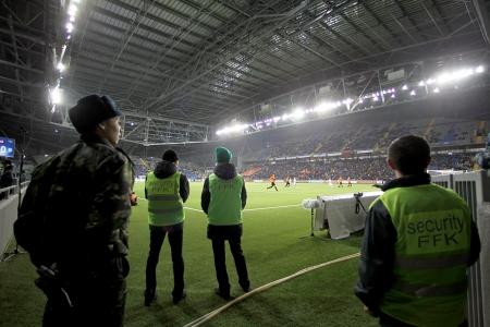 Astana, Kasachstan NOV-28: Sicherheitspersonal während der Europa-League-Spiel gegen Schachtjor Paok am 28. November 2013 in Astana, Kasachstan.