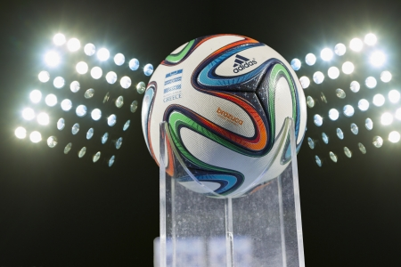 THESSALONIKI, GREECE - Jan 5 : Greek Superleague Brazuca (Mundial) ball against the stadium lights on January 5, 2014 in Thessaloniki, Greece. 新聞圖片