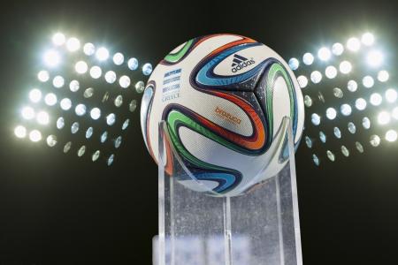 Thessaloniki, Griechenland - 5. Januar: Griechische Super Brazuca (Mundial) Ball gegen die Stadion Lichter am 5. Januar 2014 in Thessaloniki, Griechenland.