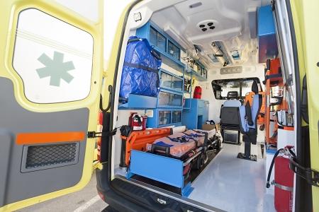 paciente en camilla: nueva ambulancia Editorial