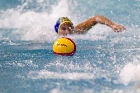 Thessaloniki, Griekenland 5 maart 2014:. Een speler zwemmen naar de bal tijdens de Griekse competitie waterpolo spel PAOK vs Nereas op 5 maart 2014 Focus ligt op de bal.