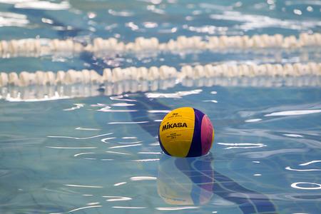 waterpolo: THESSALONIKI, GRIEKENLAND 5 maart 2014: Een waterpolo bal drijvend op het water in een zwembad tijdens de waterpolo spel PAOK vs Nereas op 5 maart 2014.