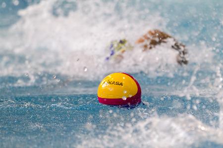 THESSALONIKI, GRIEKENLAND 5 maart 2014: Een speler zwemmen naar de bal tijdens de Griekse League waterpolo spel PAOK vs Nereas op 5 maart 2014. De nadruk ligt op de bal.