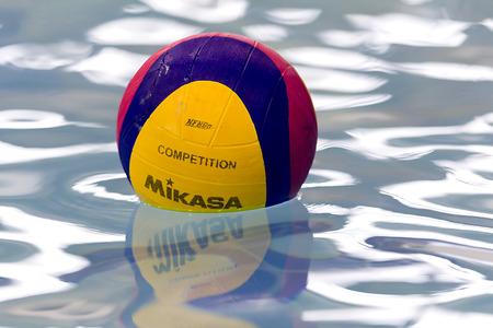 water polo: Salónica, Grecia 05 de marzo 2014: Una pelota de waterpolo flotando en el agua en una piscina durante el PAOK juego de waterpolo vs Nereas el 5 de marzo de 2014.