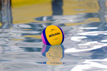 water polo: Salónica, Grecia 22 de marzo 2014: Una pelota de polo acuático flotando en el agua en una piscina durante la liga griega juego de waterpolo PAOK vs Vouliagmeni, el 22 de marzo de 2014. Editorial