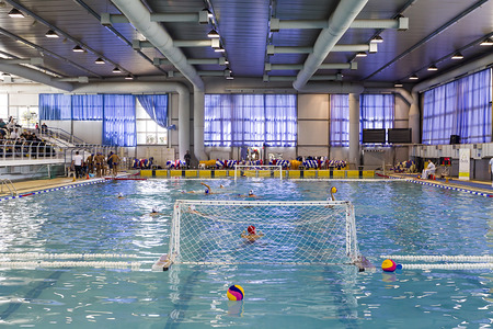water polo: Salónica, Grecia 22 de marzo 2014: Vista amplia de la piscina durante la Liga griega juego de waterpolo PAOK vs Vouliagmeni, el 22 de marzo de 2014.