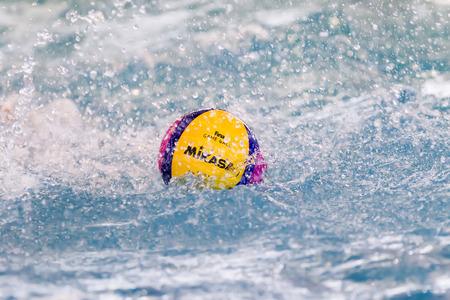 water polo: Salónica, Grecia 22 de marzo 2014: Una pelota de waterpolo flotando en el agua en una piscina durante la liga griega juego de waterpolo PAOK vs Vouliagmeni, el 22 de marzo de 2014.