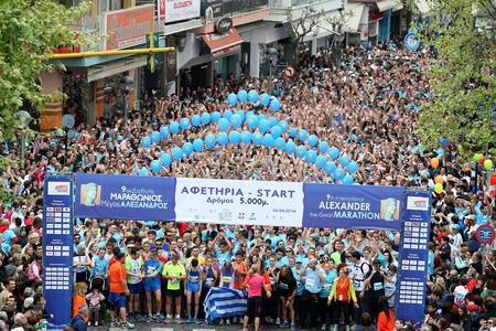 annual event: Sal�nica, Grecia - 06 de abril 2014: Good multitud de personas de pie en la l�nea de salida durante la 9 � Marat�n de Alejandro Magno. El marat�n es un evento anual.