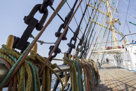 poleas: Cuerdas de c��amo Mar y poleas en el viejo buque n�utico Foto de archivo