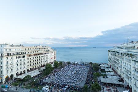 particolare: SALONICCO, GRECIA-1 GIUGNO 2014: Rueda de casino flash mob, particolare tipo di Salsa di Salonicco, al fine di rompere il Guinness World Record. 1102 persone hanno ballato in piazza Aristotele.