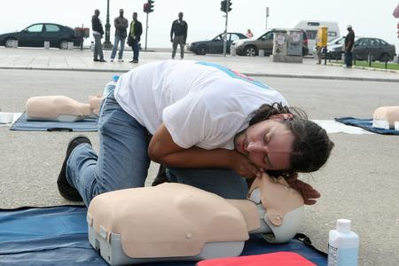 salvavidas: SAL�NICA, GRECIA-OCTUBRE 16, 2013: El instructor mostrando RCP en mu�eca entrenamiento. Primeros Auxilios gratuito, lecciones de RCP que figuran en el centro de Tesal�nica, Grecia.