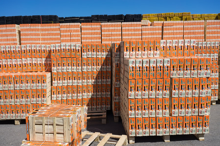 """cooperativa: NAOUSSA, GRECIA- 10 de julio 2014: Productos de la Cooperativa Agr�cola de Naoussa, Grecia, apilados en cajas. Los famosos """"Naoussa Peaches"""", son el principal producto de la zona. La producci�n de frutos."""