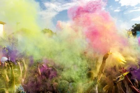 THESSALONIKI, Griechenland- 14. September 2014: Die Teilnehmer an der 3. Farben Tag in Thessaloniki, Griechenland. Eine Erholung des berühmten Holi Festival in Indien gefeiert, fand in Thessaloniki Griechenland.