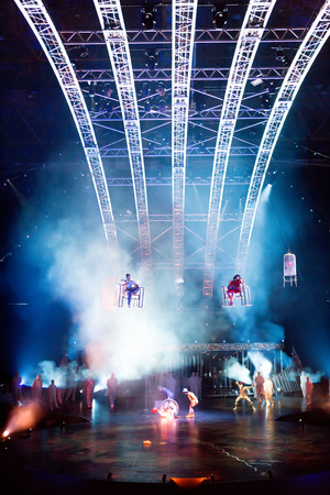 cirque: SALONICCO, GRECIA - Ottobre, 1, 2014: Performers corda di salto a spettacolo del Cirque du Soleil 'Quidam'