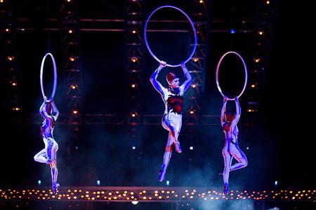 """Thessaloniki, Griechenland - Oktober, 1, 2014: Darsteller Springseil bei Cirque du Soleil-Show """"Quidam"""" Editorial"""