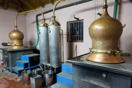 destilacion: DRAMA, GRECIA - NOVEBPER 15,2014: Durante la destilaci�n tradicional de alcohol y la producci�n de fabricaci�n casera tsipouro  raki