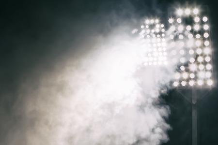 lumières du stade et de la fumée