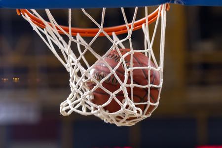 canestro basket: SALONICCO, GRECIA - NOV 12, 2014: Basketball ball passa attraverso la prima rete di Eurocup gioco Paok vs Buducnost Editoriali