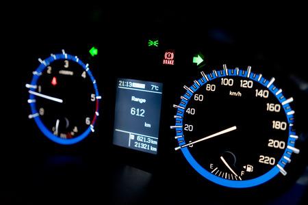 Jauges rétroéclairées d'une automobile. Bleu mètres élogieux avec une aiguille blanc. Carburant, tachymètre et indicateur de vitesse. Banque d'images