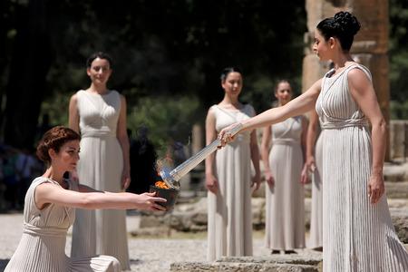 Olympia, Griechenland, 9. Mai 2012: Hohepriesterin, die olympische Flamme während der Fackel Beleuchtung Zeremonie der Olympischen Spiele in London im Jahr 2012 im antiken Olympia