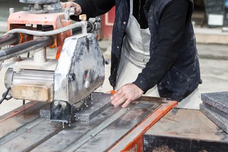 obrero trabajando: Los trabajadores est�n trabajando, cortando cortador de m�rmol