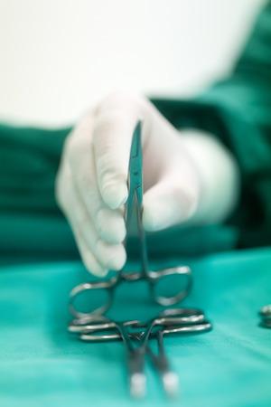 Thessaloniki, Griechenland, 17. Februar 2015: Verschiedene chirurgische Instrumente im OP