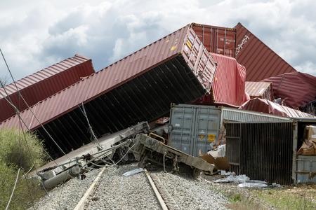 tren: SAL�NICA, GRECIA, MARZO 28,2015: Derailed vagones de tren en el lugar de un accidente de tren en la comunidad Gefyra, en el norte de Grecia. El tren transportaba equipos electr�nicos.