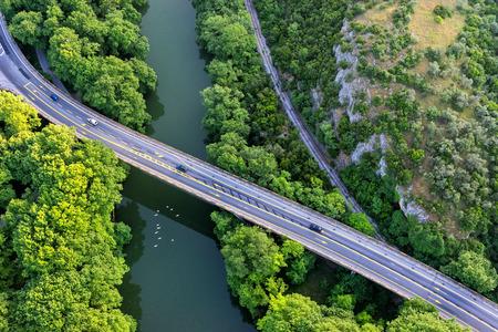 Vue aérienne du pont et de la route sur la rivière Pinios dans la verte vallée de Tempe en Grèce