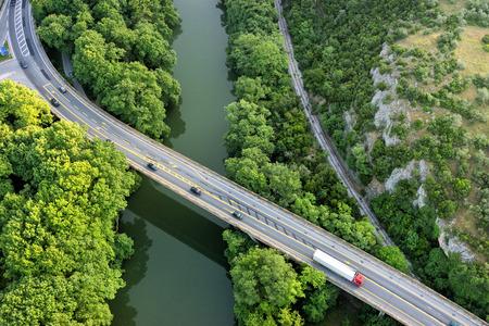 aerial: Vista aérea del puente y la carretera sobre el río Pinios en el verde valle de Tempe en Grecia Foto de archivo