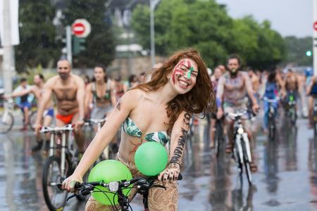 desnudo: Salónica Grecia 05 de junio 2015: Bike Ride octavo Mundial Naked. Cientos de ciclistas ya sea desnuda o semidesnuda exigiendo una Tesalónica más sostenible para la movilidad y el ciclismo.