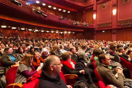 cinta pelicula: SALÓNICA - GRECIA 31 de octubre de 2014: Gente durante la ceremonia de apertura del Festival Internacional de Cine de Tesalónica 55a en Olympion Cine Editorial