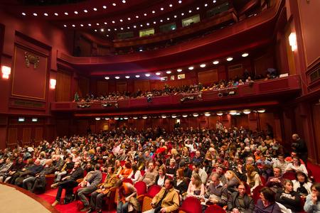 테살로니키 - 그리스, 2014년 10월 31일 : Olympion 시네마에서 55 테살로니키 국제 영화제의 개막식 동안 사람들