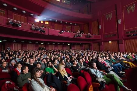 asiento: SAL�NICA - GRECIA 31 de octubre de 2014: Gente durante la ceremonia de apertura del Festival Internacional de Cine de Tesal�nica 55a en Olympion Cine Editorial