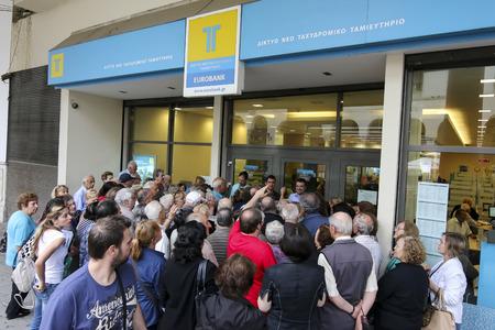 Thessalonique, Grèce, JUILLET 1 2015: Les retraités file d'attente en dehors d'une succursale de la Banque nationale, les banques ne ouverts pour la retraite afin de leur permettre d'encaisser jusqu'à ? 120 à Athènes