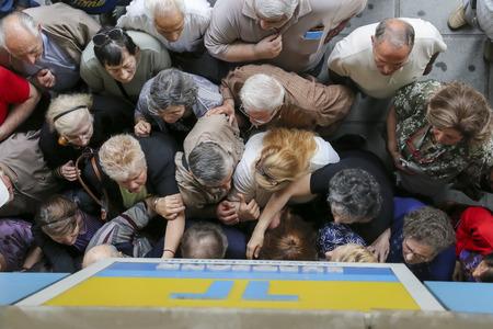 crisis economica: Tesalónica, Grecia, julio, 1 2015: Los pensionistas cola fuera de una sucursal del Banco Nacional como bancos sólo abren para los jubilados para que puedan Efectivo hasta 120 euros en Atenas Editorial