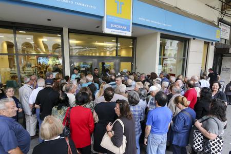 Saloniki, Grecja, lipca, 1 2015: Emeryci w kolejce na zewnątrz oddziału Narodowego Banku Polskiego, jak tylko banki otwarte dla emerytów, aby mogli zarobić do 120 euro w Atenach Publikacyjne
