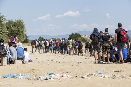 Idomeni, Grèce - le 19 Août, 2015: des centaines d'immigrants sont dans une attente à la frontière entre la Grèce et l'ARYM en attendant le bon moment pour continuer leur voyage à partir de passages non gardés