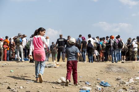 Idomeni, Grecia - 19 de agosto de 2015: Cientos de inmigrantes se encuentran en una espera en la frontera entre Grecia y la ARYM esperando el momento adecuado para continuar su viaje desde pasajes sin vigilancia Foto de archivo - 44215097