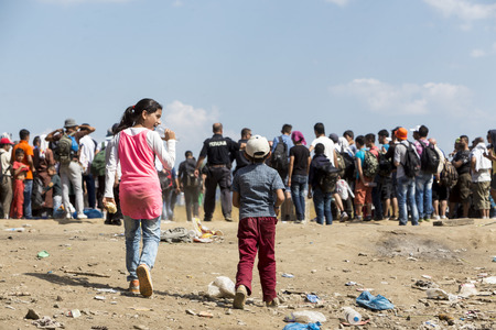 Idomeni, Griechenland - 19. August 2015: Hunderte von Immigranten in einer Wartezeit an der Grenze zwischen Griechenland und der ehemaligen jugoslawischen Republik Mazedonien wartet auf die richtige Zeit, um ihre Reise von unbewachten Passagen weiter Lizenzfreie Bilder - 44215097